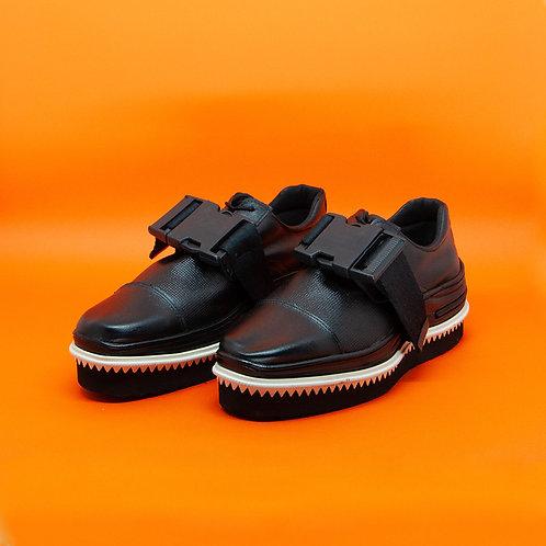 Sapato preto dentinhos fivela