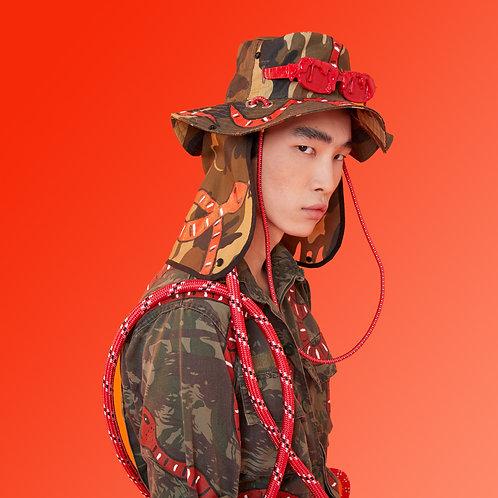 Chapéu camuflado com cobras vermelhas