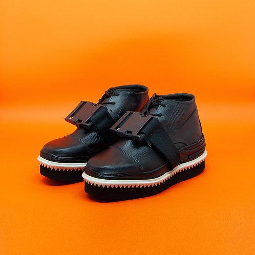 Sapato preto cano médio dentinhos fivela