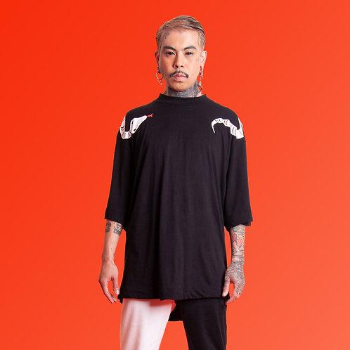 Camiseta preta com cobra pescoço
