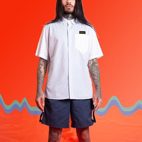 Camisa azul claro com bolso branco