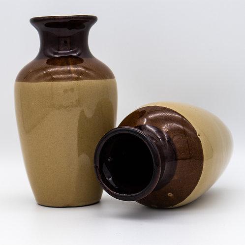 Ein Paar Vasen mit dreifarbiger, brauner Glasur. Eine liegend.
