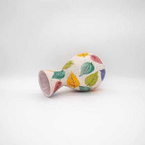 Vase mit Blätterdekor, umgefallen