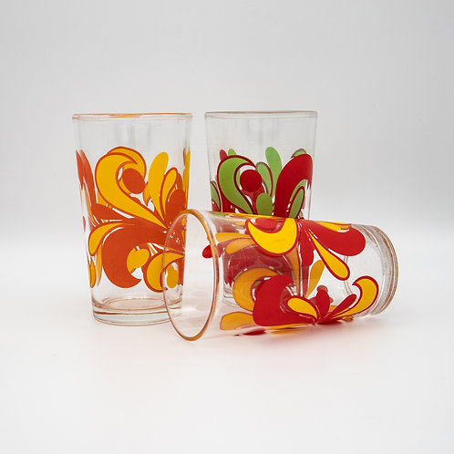 Drei Saftgläser mit ornamentalen Musterband; Eines liegend