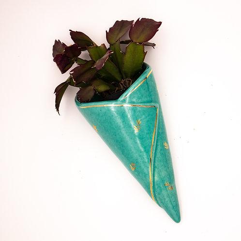 Wandvase á la Gmundner Keramik mit Pflanze, von oben fotografiert