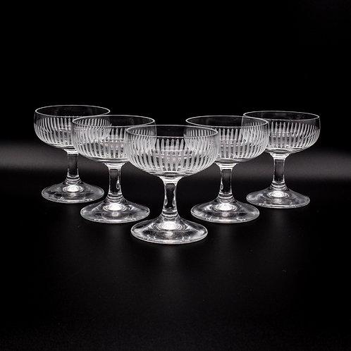 Likörgläser Set, 5 Gläser mit geschliffenem Dekor, in Dreieck aufgestellt