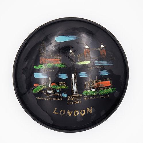 """Lack Teller """"London"""", Mitte der 1960er Jahre, handbemalt mit verschiedenen Motiven der Stadt, von oben fotografiert"""