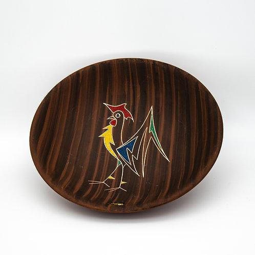 L'Ancora Teller Kera-Teak mit Hahnmotiv, leicht aufgestellt