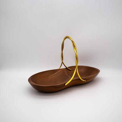 Henkelschale aus Holz, leicht schräg stehend