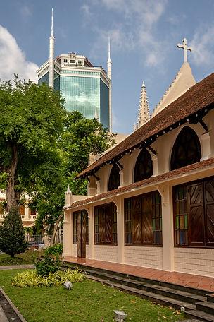 La chapelle historique du Centre Pastoral de Hô-Chi-Minh-Ville fait face à un des premiers buildings de la ville.