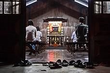 Le calme de l'adoration, dans une chapele de banlieue de la ville.