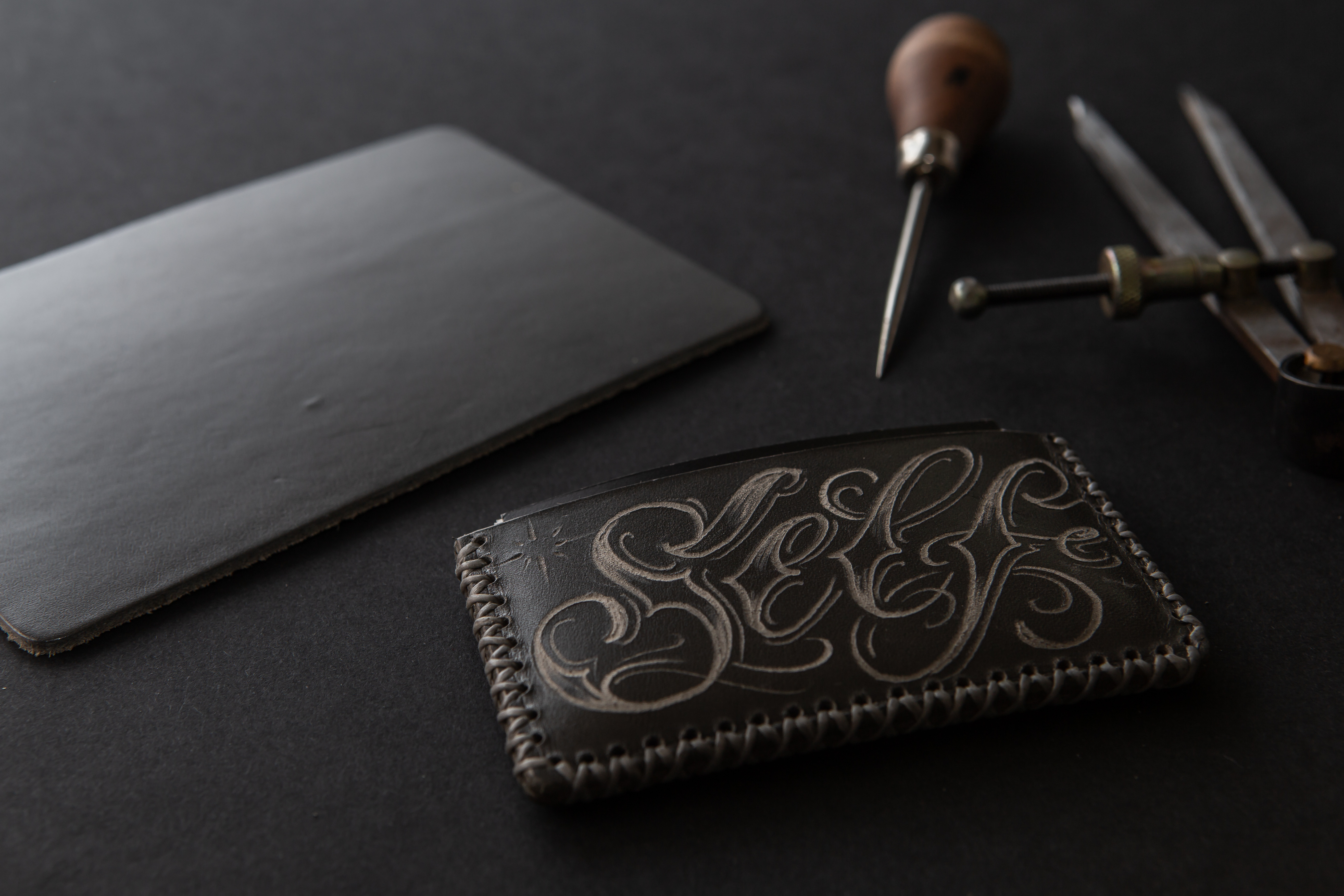 Artisan-Jean Ewen-Graveur sur cuir
