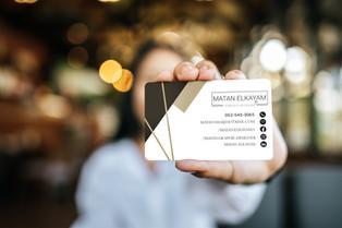 איש מחזיק כרטיס ביקור מעוצב