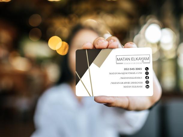איש מחזיק כרטיס ביקור למעצב גרפי