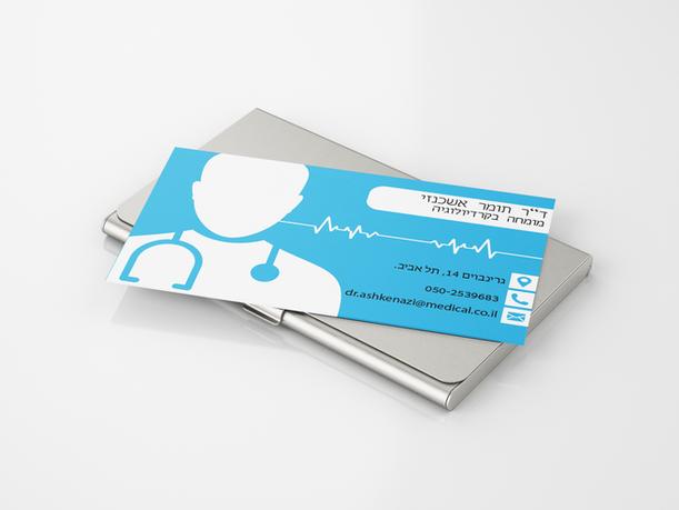כרטיס ביקור מונח על קופסאת כרטיסים