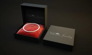 קופסאת תכשיטים פתוחה המציגה את לוגו החברה