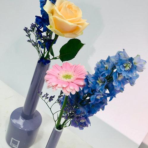 Duo vaasjes SERAX Pantone met verse snijbloemen
