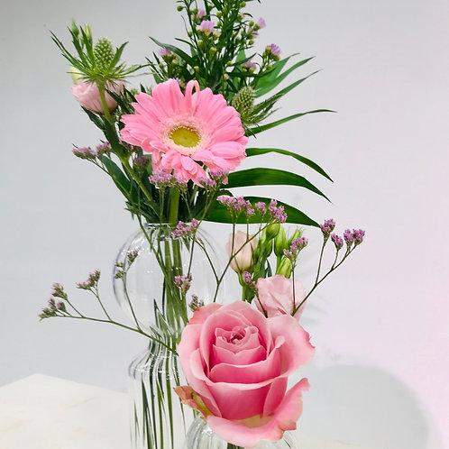 Grote en kleine bolvaasvan Serax inclusief snijbloemen