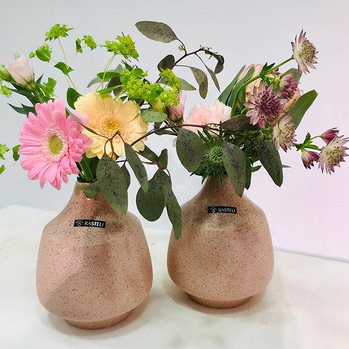 Duo artisanale vazen van Rastelli met bijhorende snijbloemen