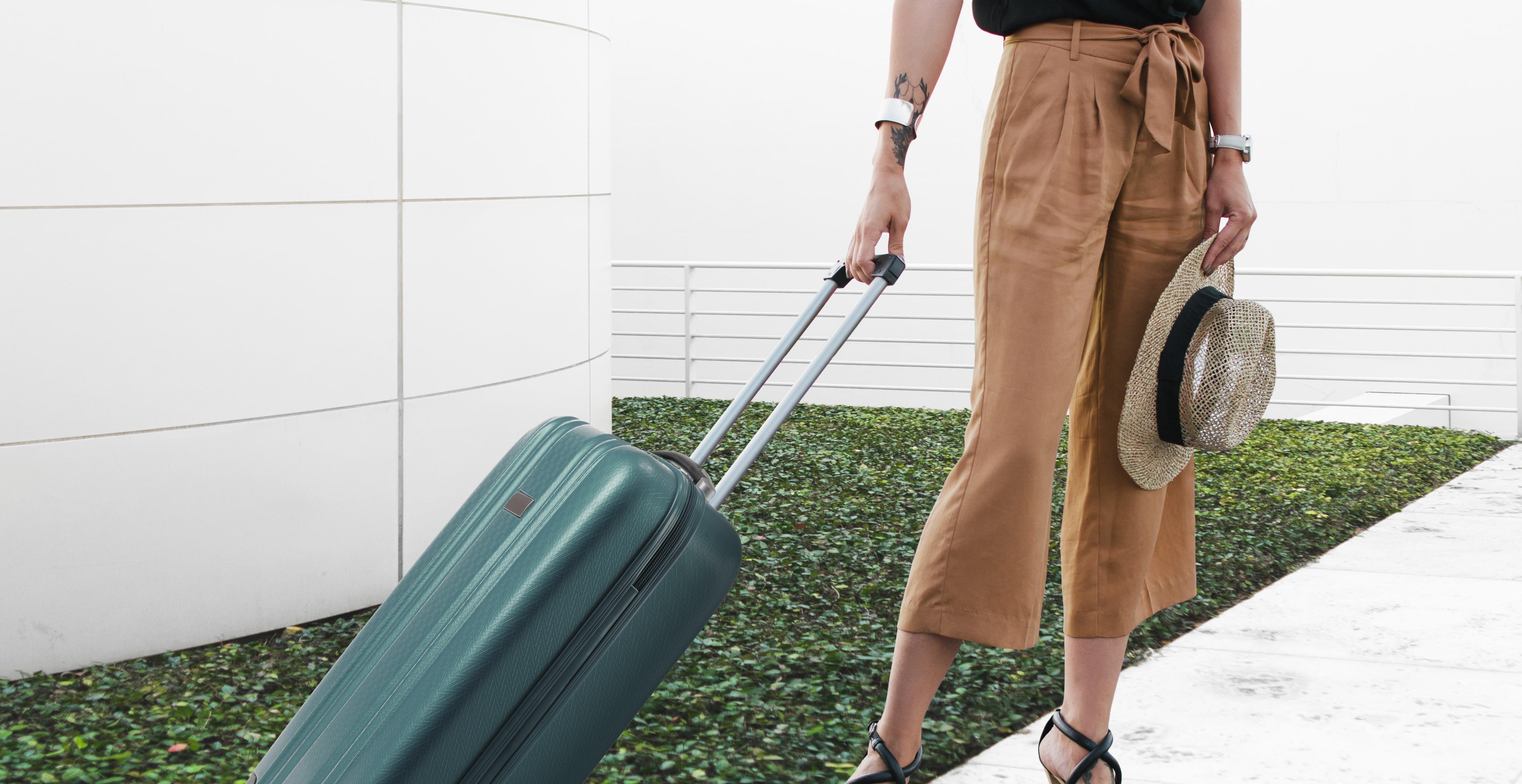 Mulher elegante com bagagem
