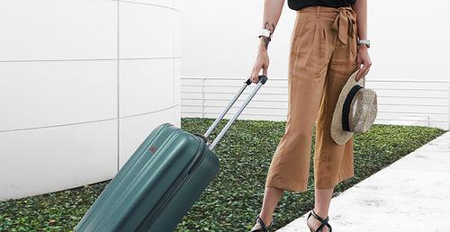 Donna alla moda con bagagli