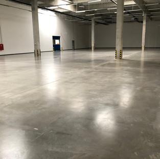 Üzem padlójának polírozása és pormentesítése C2™ technológiával   8000