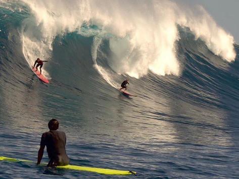A Primeira Fotógrafa mulher à entrar na temida onda gigante de JAWS pelas pedras é brasileira