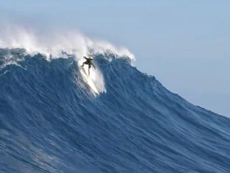 Garoto de 12 anos pede de aniversário para surfar ondas gigantes de JAWS e adivinhe o que aconteceu?