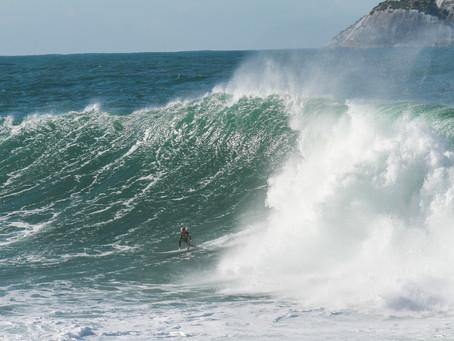 Swell com ondas de 3 metros no Rio de Janeiro faz a alegria dos Big Riders por toda a cidade