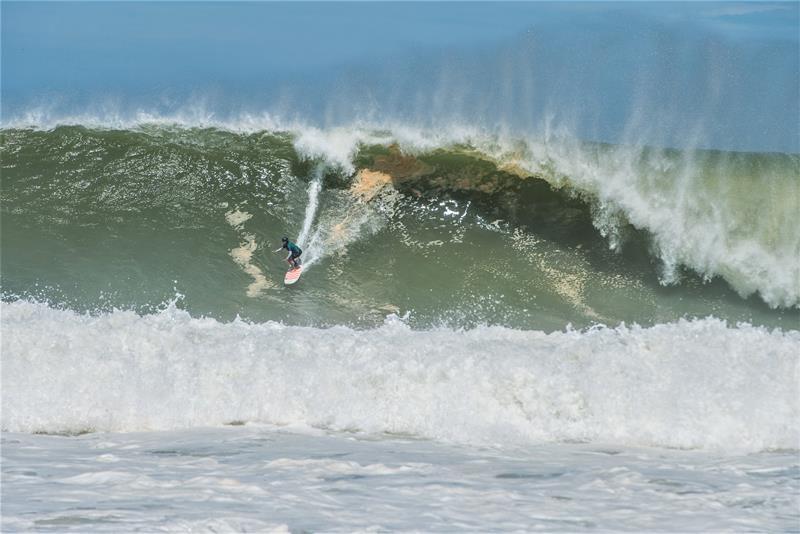 Surfista Big Rider brasileira Raquel Heckert surfando em Puerto Escondido