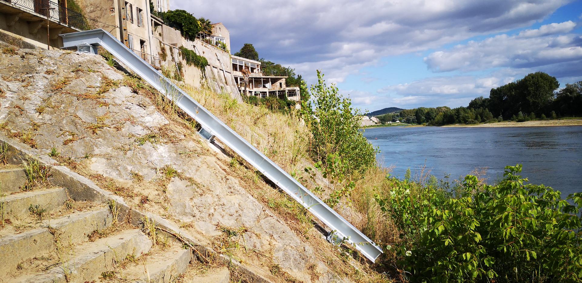 Rail beschermt het ponton bij stijgend water