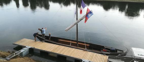 De Miole bevestigd aan het ponton