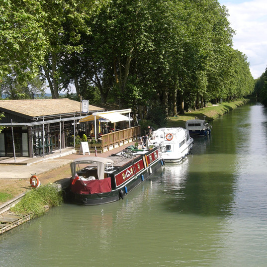 De halte aan het kanaal
