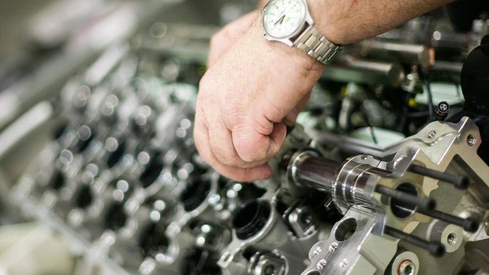 ASTON MARTIN VULCAN V12 ENGINE