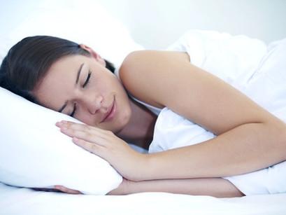 Schlafen mit Wimpernverlängerung.