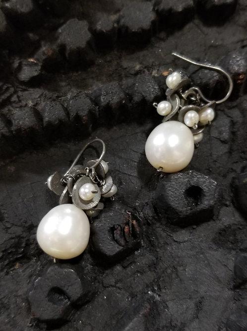 Bold Pearl earring
