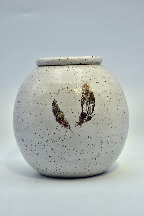 Wit spikkel urne met veren