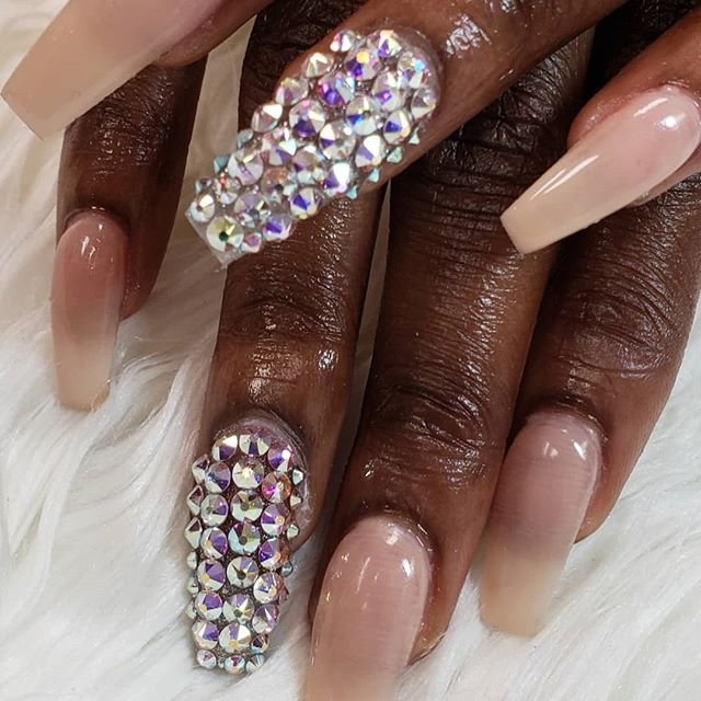 Everyone loves a bling nail covered in S
