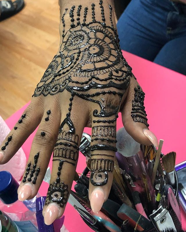 This henna by _hennabyaari tho 💪🏽🤑❤️