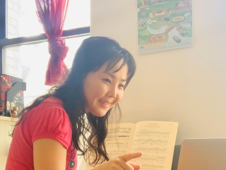 Teacher Jung Sun conducting online piano lesson