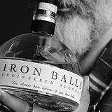 Iron Balls Gin Flasche.webp