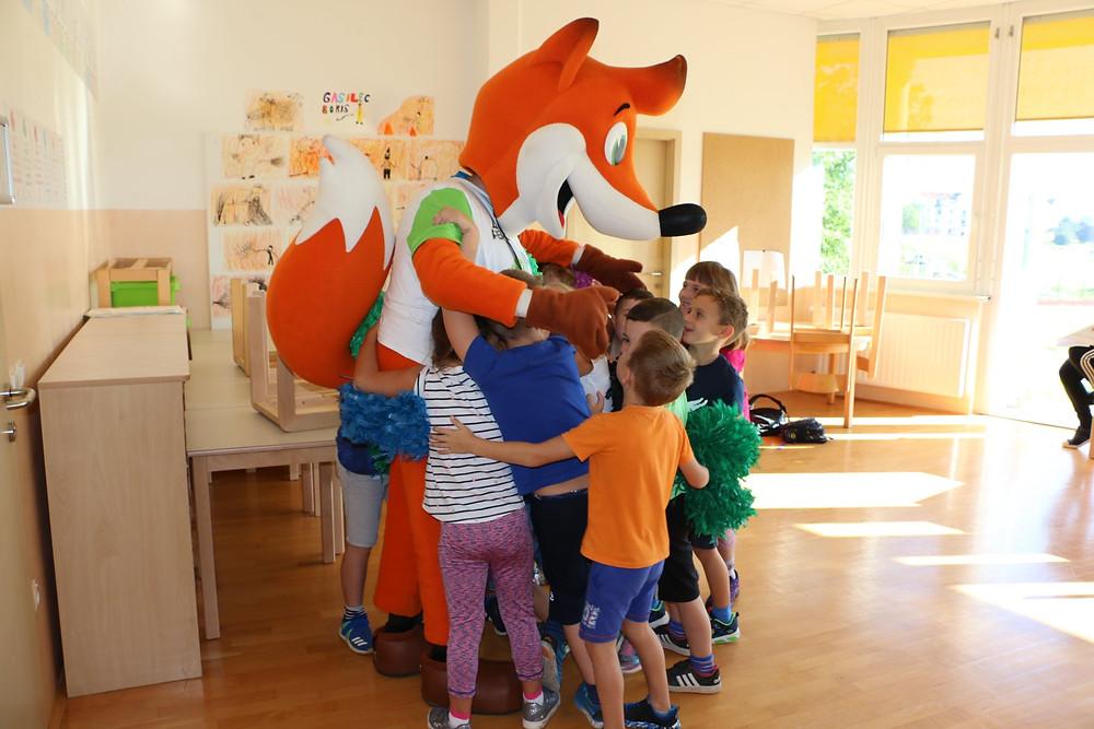 Foxy skupaj z otroci iz OŠ Leskovec