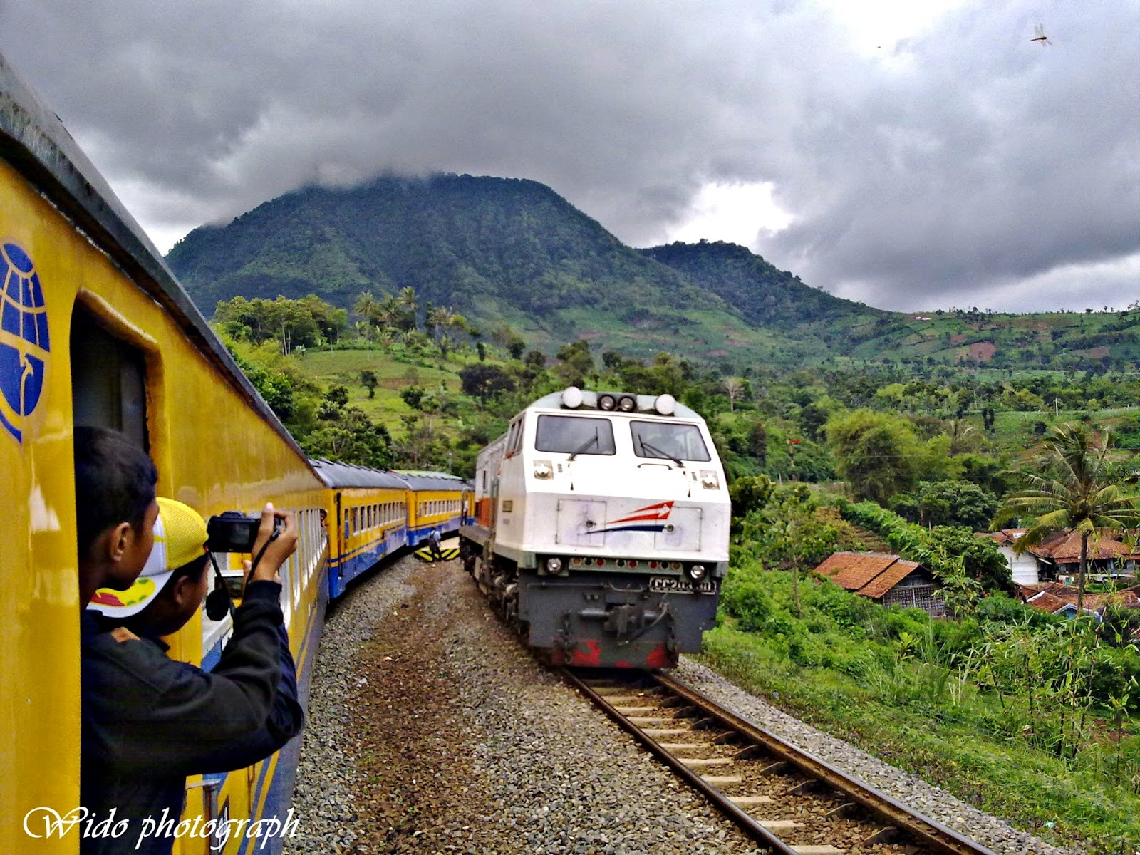 Yogya-Sideraja train by Wido