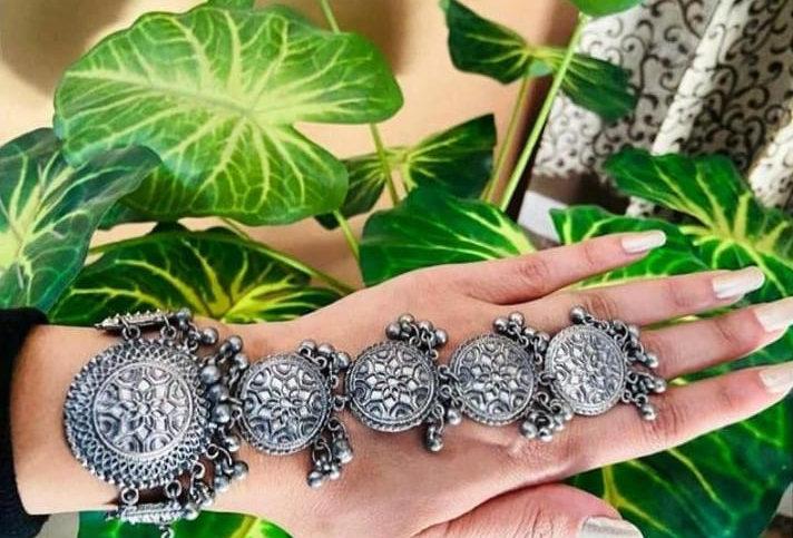 Black polish  oxidized  adjustable  handcuff