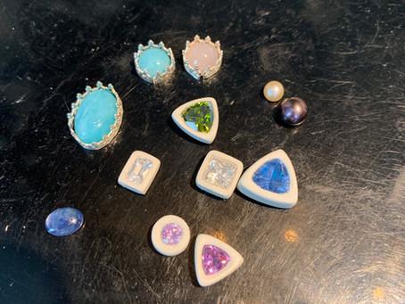 Zilverklei ringen met grote zirconia's, natuurstenen en parels in de maak