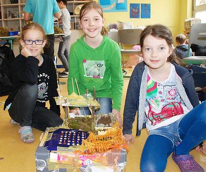 Grundschülerinnen präsentieren ihre Konstruktion