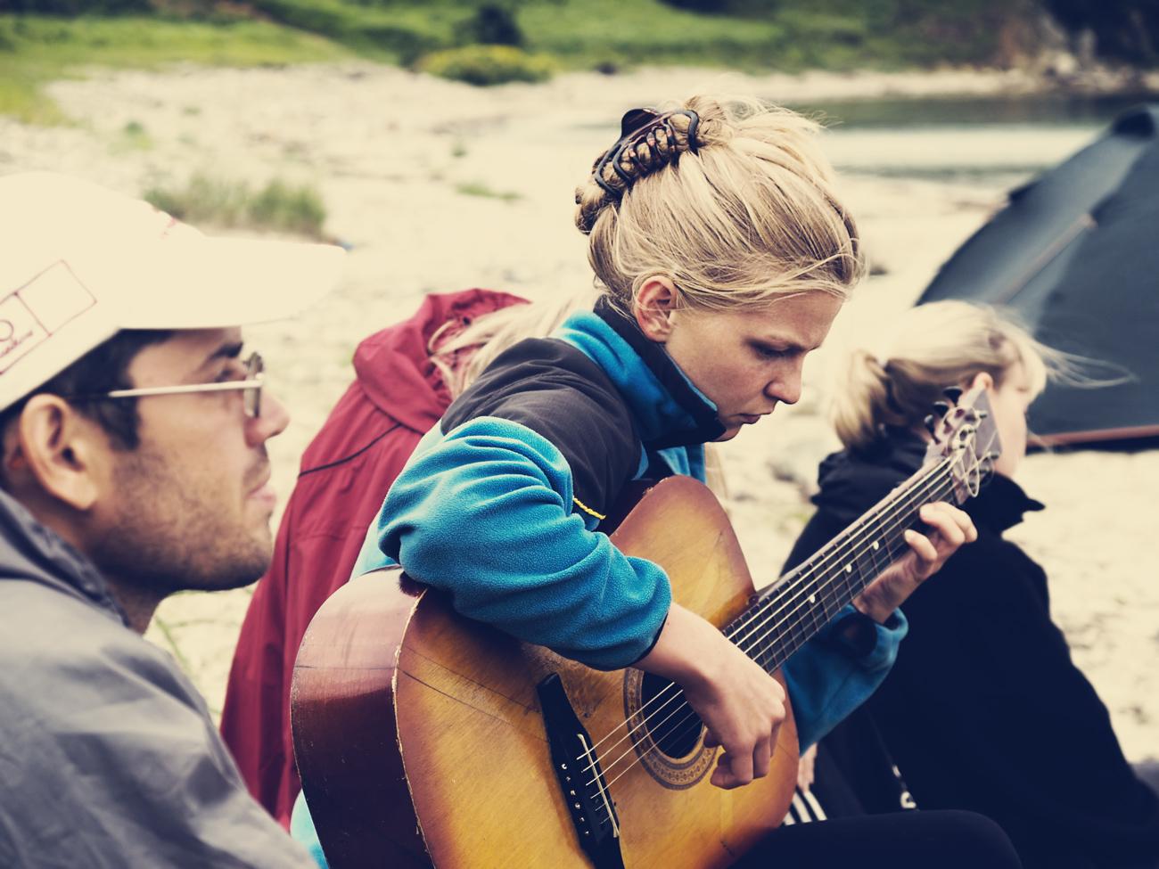 Mädchen spielt Gitarre draußen