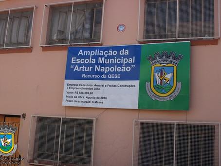 A Prefeitura pode utilizar as ferragens da Escola Arthur Napoleão em outros locais?