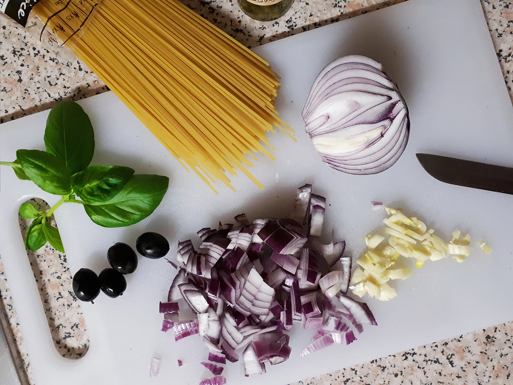 Verse saus in de maak! Ajuin, look, basilicum, pasta