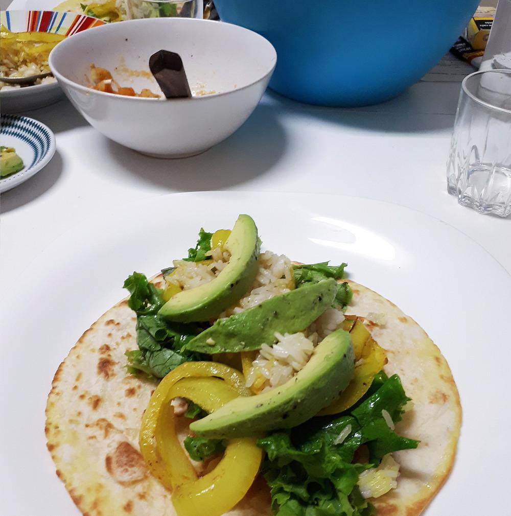 Eevoudig: wraps met restjes rijst, avocado, ajuinringen met kurkuma en salade